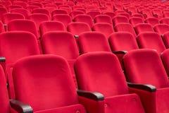 Κενά κόκκινα καθίσματα κινηματογράφων ή θεάτρων Στοκ Φωτογραφία