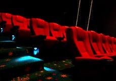 Κενά κόκκινα καθίσματα κινηματογράφων ή θεάτρων Στοκ εικόνα με δικαίωμα ελεύθερης χρήσης
