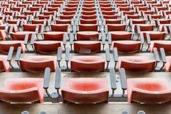 Κενά κόκκινα καθίσματα στο στάδιο Στοκ Φωτογραφίες