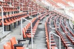 Κενά κόκκινα καθίσματα στο στάδιο Στοκ Εικόνα