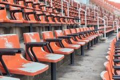 Κενά κόκκινα καθίσματα στο στάδιο Στοκ εικόνες με δικαίωμα ελεύθερης χρήσης