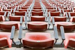 Κενά κόκκινα καθίσματα στο στάδιο Στοκ εικόνα με δικαίωμα ελεύθερης χρήσης