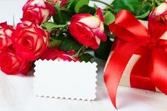 Κενά κόκκινα τριαντάφυλλα καρτών και παρόντος και ανθοδεσμών Στοκ φωτογραφία με δικαίωμα ελεύθερης χρήσης