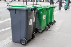Κενά μαύρα και πράσινα σκουπιδοτενεκή με την πράσινη κάλυψη στοκ φωτογραφία με δικαίωμα ελεύθερης χρήσης