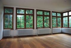 κενά μεγάλα Windows δωματίων Στοκ Εικόνα