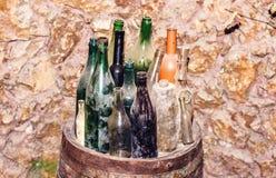 Κενά μπουκάλια κρασιού Coloful των διαφορετικών μεγεθών στοκ εικόνες