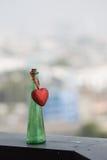 Κενά μπουκάλια και κόκκινη καρδιά στοκ φωτογραφία με δικαίωμα ελεύθερης χρήσης