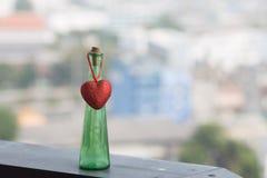 Κενά μπουκάλια και κόκκινη καρδιά στοκ εικόνα με δικαίωμα ελεύθερης χρήσης