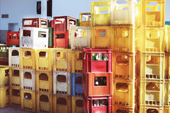 Κενά μπουκάλια στα πράσινα εμπορευματοκιβώτια Στοκ εικόνα με δικαίωμα ελεύθερης χρήσης