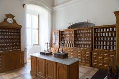 Κενά μπουκάλια στο παλαιό εκλεκτής ποιότητας φαρμακείο Στοκ Φωτογραφία