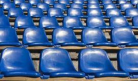 Κενά μπλε καθίσματα στο αθλητικό στάδιο Στοκ φωτογραφία με δικαίωμα ελεύθερης χρήσης