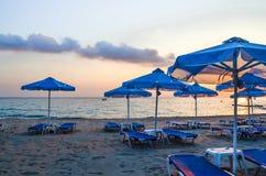 Κενά ξημερώματα παραλιών Parasols και sunbeds στοκ φωτογραφίες με δικαίωμα ελεύθερης χρήσης