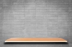 Κενά ξύλινα ράφια και υπόβαθρο τουβλότοιχος Στοκ Φωτογραφία