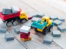 Κενά ξύλινα κομμάτια σταυρολέξου με τα παιχνίδια φορτηγών Στοκ Φωτογραφία