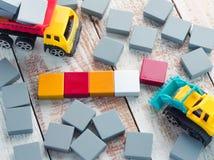 Κενά ξύλινα κομμάτια σταυρολέξου με τα παιχνίδια φορτηγών Στοκ εικόνα με δικαίωμα ελεύθερης χρήσης