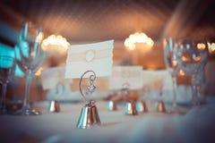 Κενά ονόματα φιλοξενουμένων καρτών παραδείγματος χάριν στο εστιατόριο Στοκ Φωτογραφίες