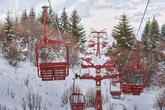 Κενά παλαιά ξύλινα chairlifts στοκ φωτογραφία