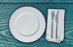 Κενά πιάτο και μαχαιροπήρουνα χρωματισμένο στο βενζίνη ξύλο Στοκ φωτογραφίες με δικαίωμα ελεύθερης χρήσης