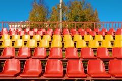 Κενά πλαστικά καθίσματα στο αθλητικό στάδιο βήματα στοκ φωτογραφίες