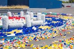 Κενά πλαστικά μπουκάλια σωρών και καλύμματα χρώματος, καπάκια που ανακυκλώνουν στοκ φωτογραφία