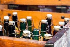 Κενά πράσινα και καφετιά εκλεκτής ποιότητας μπουκάλια Στοκ φωτογραφία με δικαίωμα ελεύθερης χρήσης
