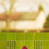 Κενά πράσινα κεραμίδια προοπτικής πέρα από τα θολωμένα δέντρα με το υπόβαθρο bokeh, για το montage επίδειξης προϊόντων Στοκ εικόνες με δικαίωμα ελεύθερης χρήσης