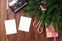 Κενά πλαίσια φωτογραφιών με το δώρο, το δέντρο πεύκων και τη κάμερα Στοκ φωτογραφία με δικαίωμα ελεύθερης χρήσης