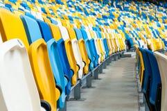 Κενά πλαστικά καθίσματα σε ένα footbal ή στάδιο ποδοσφαίρου αθλητικό υπόβαθρο του 2016 Στοκ Εικόνα
