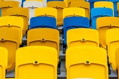 Κενά πλαστικά καθίσματα σε ένα footbal ή στάδιο ποδοσφαίρου αθλητικό υπόβαθρο του 2016 Στοκ εικόνα με δικαίωμα ελεύθερης χρήσης