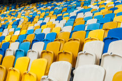 Κενά πλαστικά καθίσματα σε ένα footbal ή στάδιο ποδοσφαίρου αθλητικό υπόβαθρο του 2016 Στοκ Εικόνες