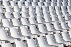 Κενά πλαστικά καθίσματα στο γήπεδο ποδοσφαίρου Στοκ Φωτογραφία