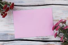 Κενά ρόδινα λουλούδια εγγράφου και χρυσάνθεμων στοκ εικόνες με δικαίωμα ελεύθερης χρήσης