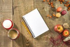 Κενά σημειωματάριο και μολύβι με τον καφέ στα thermos στο αγροτικό woode Στοκ φωτογραφίες με δικαίωμα ελεύθερης χρήσης