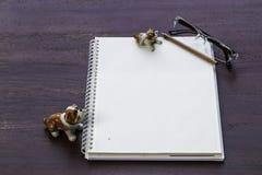 Κενά σημειωματάριο και μολύβι με το plumeria Στοκ φωτογραφία με δικαίωμα ελεύθερης χρήσης