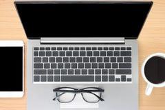 Κενά σημειωματάριο και smartphone κοντά στις κούπες καφέ στοκ εικόνες