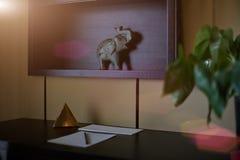 Κενά σημειωματάριο και smartphone με το μολύβι στον ξύλινο πίνακα lap-top κορυφαία όψη Στοκ Φωτογραφία