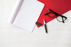Κενά σημειωματάριο, μολύβι και γυαλιά στον ξύλινο πίνακα στοκ εικόνες