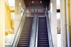 Κενά σκαλοπάτια κυλιόμενων σκαλών που χτίζουν δημόσια Στοκ Εικόνες