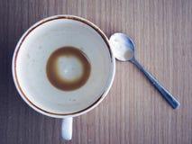 Κενά φλιτζάνι του καφέ και κουτάλι στον ξύλινο πίνακα Στοκ φωτογραφίες με δικαίωμα ελεύθερης χρήσης