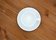 Κενά φλυτζάνι και πιατάκι ζευγών καφέ άσπρα Τοπ άποψη, που απομονώνεται στο ξύλινο υπόβαθρο στοκ φωτογραφία