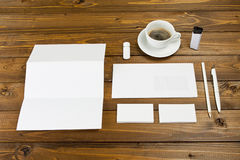 Κενά χαρτικά που τίθενται στο ξύλινο υπόβαθρο Πρότυπο ταυτότητας Στοκ Φωτογραφίες
