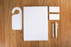 Κενά χαρτικά στο ξύλινο υπόβαθρο Αποτελεσθείτε από τις επαγγελματικές κάρτες στοκ φωτογραφία