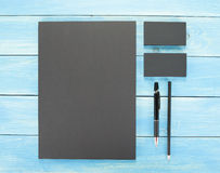 Κενά χαρτικά στο ξύλινο υπόβαθρο Αποτελεσθείτε από τις επαγγελματικές κάρτες, A4 επικεφαλίδες, στυλός και μολύβι στοκ εικόνες