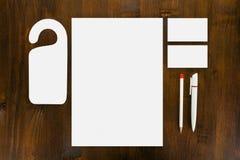 Κενά χαρτικά στο ξύλινο υπόβαθρο Αποτελεσθείτε από τις επαγγελματικές κάρτες στοκ φωτογραφίες