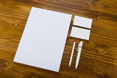 Κενά χαρτικά στο ξύλινο υπόβαθρο Αποτελεσθείτε από τις επαγγελματικές κάρτες στοκ εικόνα
