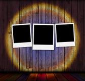 κενά polaroids τρία ανασκόπησης ξύλ&io Στοκ Εικόνες