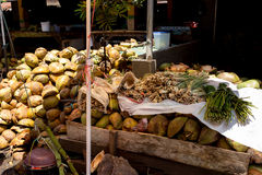Κενά shels των φρέσκων καρύδων στην αγορά Στοκ Εικόνα