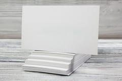 Κενές άσπρες επαγγελματικές κάρτες στο ξύλινο υπόβαθρο Στοκ Εικόνες