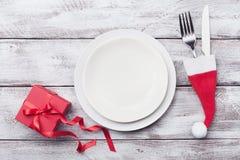 Κενές άσπρες πιάτο και διακόσμηση στην ξύλινη αγροτική άποψη επιτραπέζιων κορυφών Επιτραπέζια θέτοντας έννοια Χριστουγέννων στοκ εικόνα με δικαίωμα ελεύθερης χρήσης