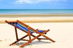 Κενές έδρες στην παραλία. Στοκ Φωτογραφία